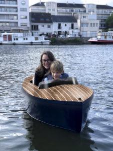 Balade en bateau électrique avec un enfant